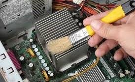 Como realizar un mantenimiento interno del ordenador, limpiar con pinzel suave