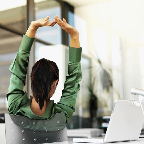 Estirar los brazos en la oficina