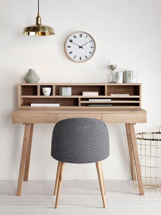Reloj en el escritorio trabajar desde casa